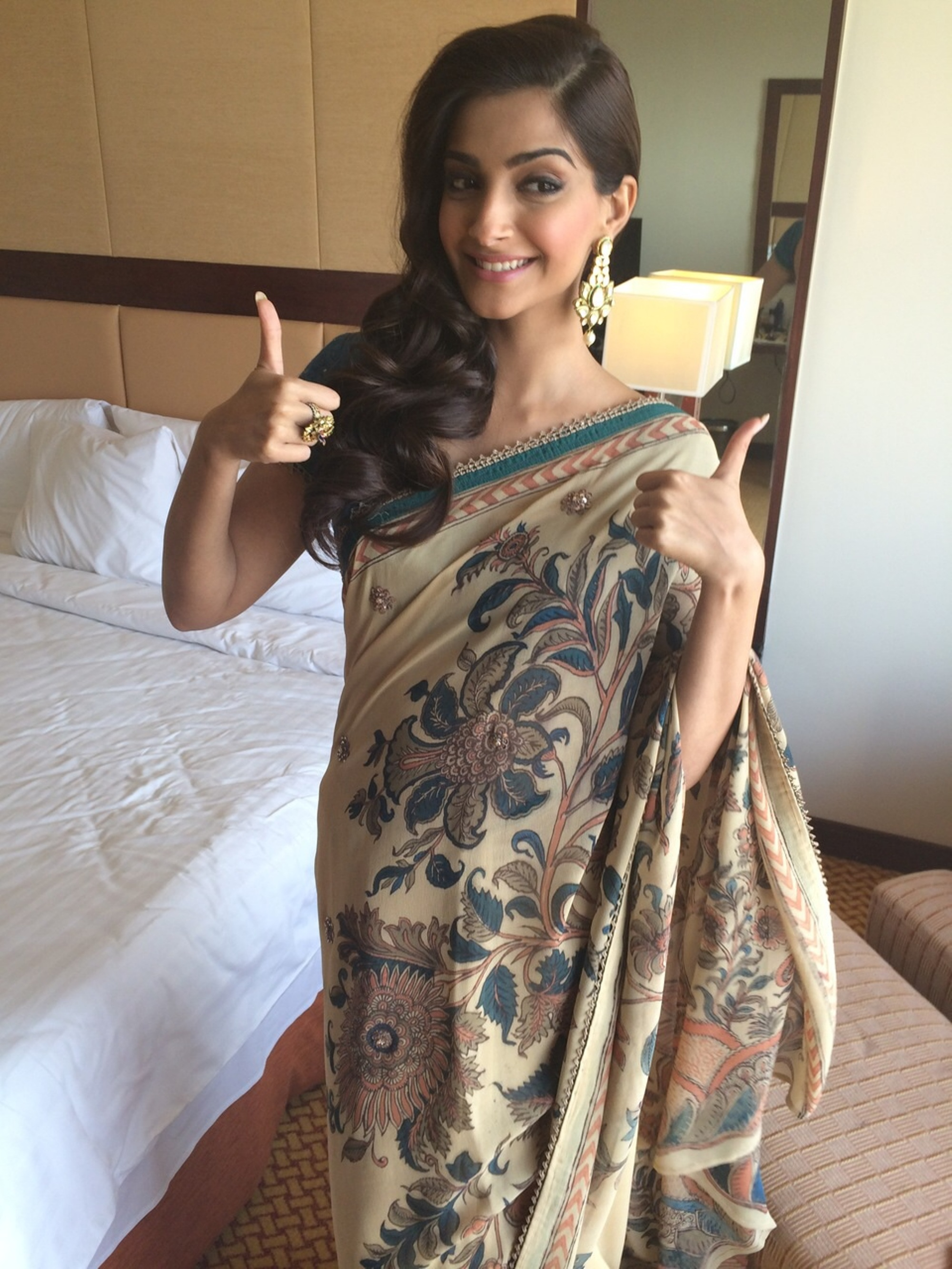 public://images/exec-life-images/2015/02/05/Sonam Kapoor in Amar Ghanasingh jewellery in Ahmedabad for her movie promotions.jpeg