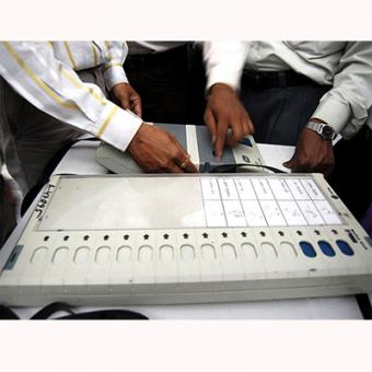https://www.indiantelevision.com/sites/default/files/styles/340x340/public/images/internet-images/2014/04/04/electronic-voting-machine.jpg?itok=_hxTtTTI