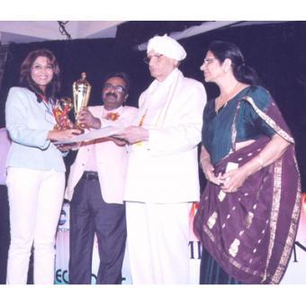 http://www.indiantelevision.com/sites/default/files/styles/340x340/public/images/mam-images/2014/04/07/Sangeeta%20Award.jpg?itok=HtWIf3-_