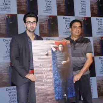 https://www.indiantelevision.com/sites/default/files/styles/340x340/public/images/movie-images/2015/02/28/Ronnie%20and%20Ranbir%202.JPG?itok=p9eN2bxV