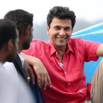 https://www.indiantelevision.com/sites/default/files/styles/340x340/public/images/tv-images/2014/01/17/vikas_khanna1.JPG?itok=HjWNSFL_