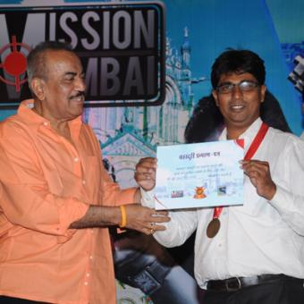 https://www.indiantelevision.com/sites/default/files/styles/340x340/public/images/tv-images/2014/03/19/ACP%20Pradyuman%20felicitating%20a%20local%20hero.JPG?itok=36Y8NXti