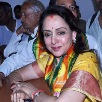 https://www.indiantelevision.com/sites/default/files/styles/340x340/public/images/tv-images/2014/04/07/hemamalini-bjp-nomination.jpg?itok=J0aBovRd