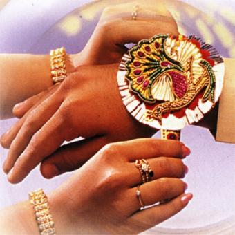 https://www.indiantelevision.com/sites/default/files/styles/340x340/public/images/tv-images/2014/08/09/rakshabandhan.jpg?itok=mkDSzous