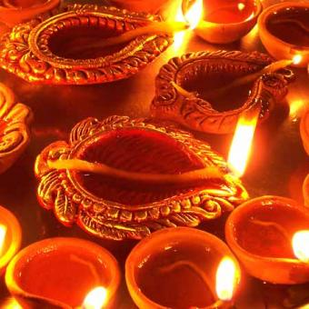 https://www.indiantelevision.com/sites/default/files/styles/340x340/public/images/tv-images/2014/10/22/diwali-celebrations.jpg?itok=miyFmrNV