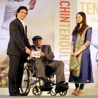 https://www.indiantelevision.com/sites/default/files/styles/340x340/public/images/tv-images/2014/11/06/Sachin%20Tendulkar%20presenting%20copy%20to%20his%20first%20coach%20and%20guru%20Ramakant%20Achrekar%20copy.JPG?itok=go3P0HjE