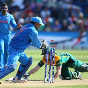https://www.indiantelevision.com/sites/default/files/styles/340x340/public/images/tv-images/2015/03/05/AB-de-Villiers-Ms-Dhoni-India-vs-South-Africa-ICC-Champions-%20Trophy-2013.jpg?itok=s2m3Jwqo