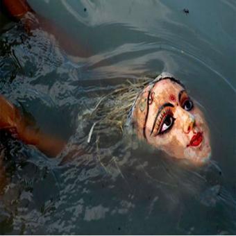 http://www.indiantelevision.com/sites/default/files/styles/340x340/public/images/tv-images/2015/10/20/Durga%20immersions.jpg?itok=EtN5PtHe