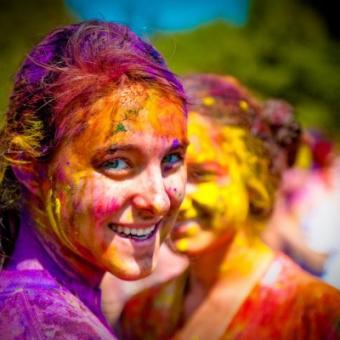 https://www.indiantelevision.com/sites/default/files/styles/340x340/public/images/tv-images/2016/03/24/holi-celebration-1-5-400x400.jpg?itok=Grt0ia8z