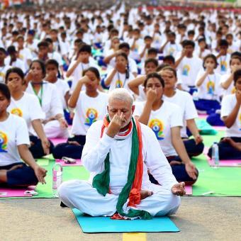 https://www.indiantelevision.com/sites/default/files/styles/340x340/public/images/tv-images/2016/06/23/Modi-yoga-rajpath.jpg?itok=2Ie7qUAq