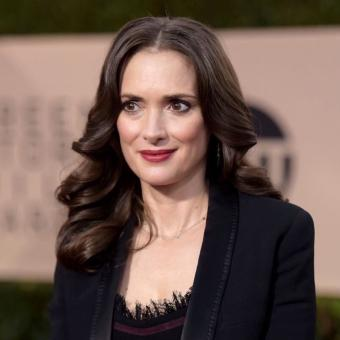 https://www.indiantelevision.com/sites/default/files/styles/340x340/public/images/tv-images/2018/05/31/Winona-Ryder.jpg?itok=6M1dT5Ul