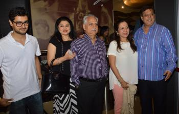https://us.indiantelevision.com/sites/default/files/styles/350x350/public/images/photos/2014/08/11/Ramesh%20Shippy%20David%20Dhawan%20with%20her%20wife.JPG?itok=3oIvY4t4