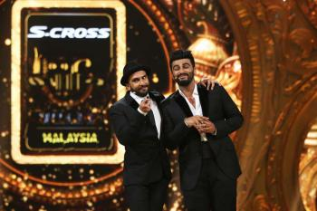 https://www.indiantelevision.com/sites/default/files/styles/350x350/public/images/photos/2015/06/08/Ranveer%20Singh%20and%20Arjun%20Kapoor-%20IIFA%20Hosts.JPG?itok=iWoj93r1