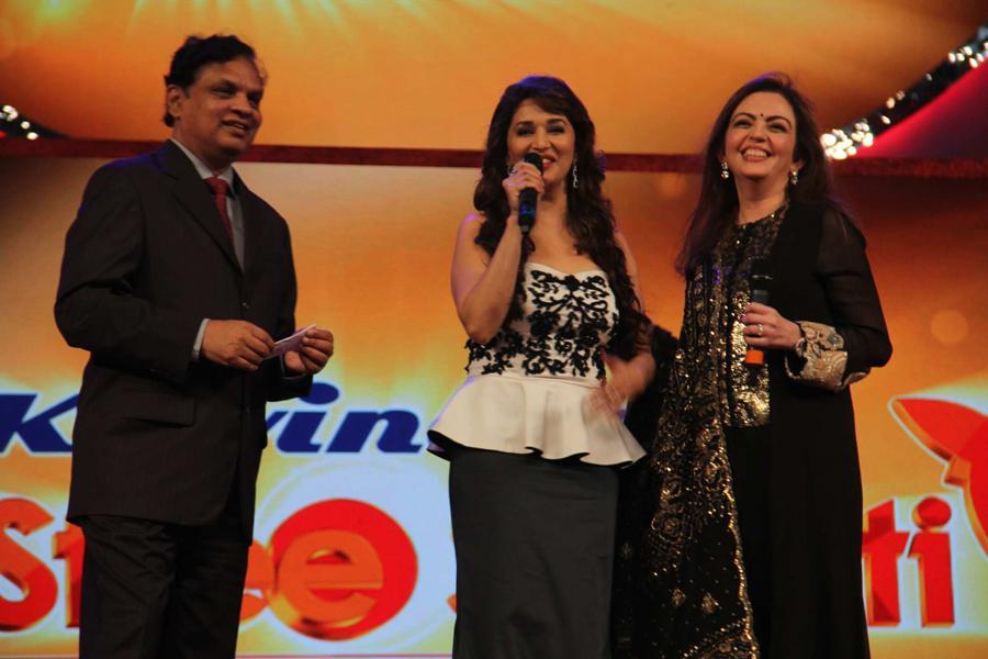 Venugopal Dhoot Chairman Videocon Group, Madhuri Dixit & Neeta Ambani at the Kelvinator Stree Shakti Women Awards 2014