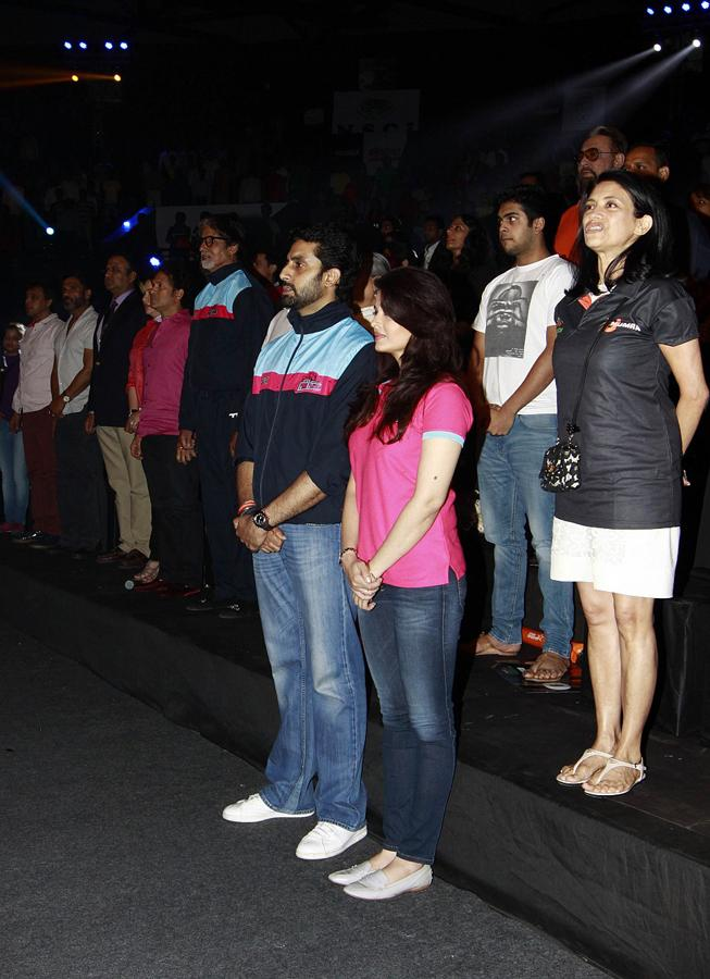 All stars stand up for National Anthem at the STAR Sports Pro-Kabaddi League inaugral match