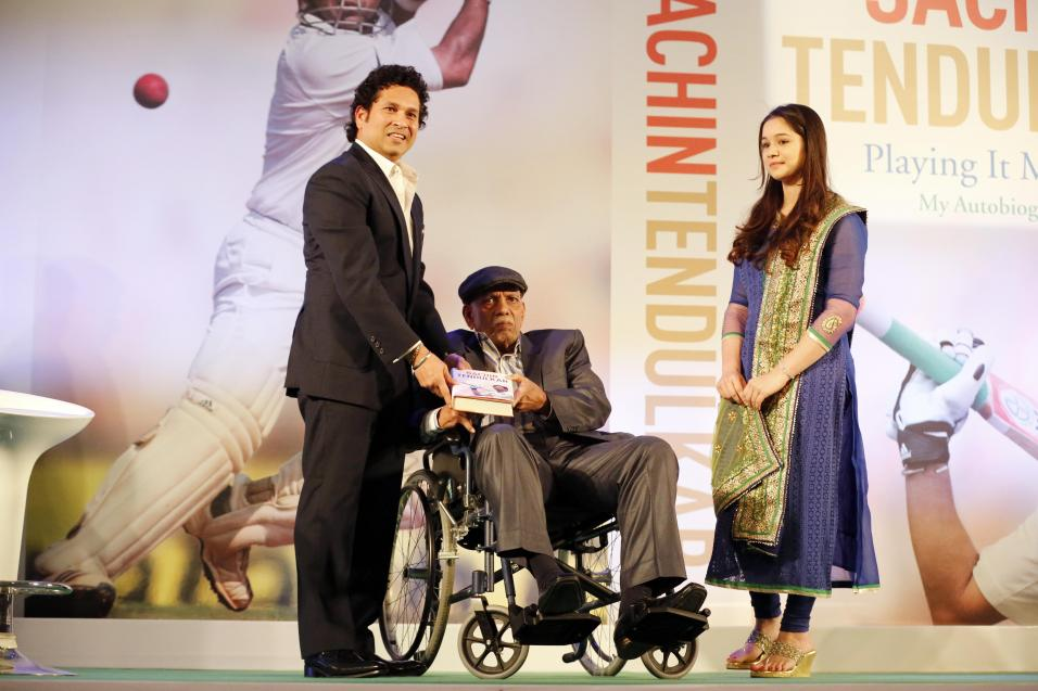 https://www.indiantelevision.com/sites/default/files/styles/956x956/public/images/photos/2014/11/06/Sachin%20Tendulkar%20presenting%20copy%20to%20his%20first%20coach%20and%20guru%20Ramakant%20Achrekar.jpg?itok=JjbJAwKF