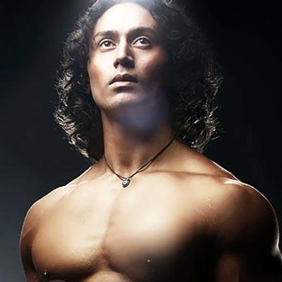 http://www.indiantelevision.com/sites/default/files/styles/smartcrop_800x800/public/images/movie-images/2014/01/06/tiger-shroff.jpg?itok=GKno545N