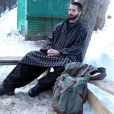 http://www.indiantelevision.com/sites/default/files/styles/smartcrop_800x800/public/images/movie-images/2014/02/03/Haider-Shahid%20Kapoor.jpg?itok=xjtAIHso