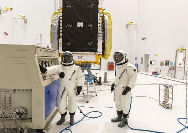 https://www.indiantelevision.com/sites/default/files/styles/smartcrop_800x800/public/images/satellites-images/2015/11/10/7gsat-15-fuel-filling-operation-under-progress-french-guiana.jpg?itok=cV-8q_dv