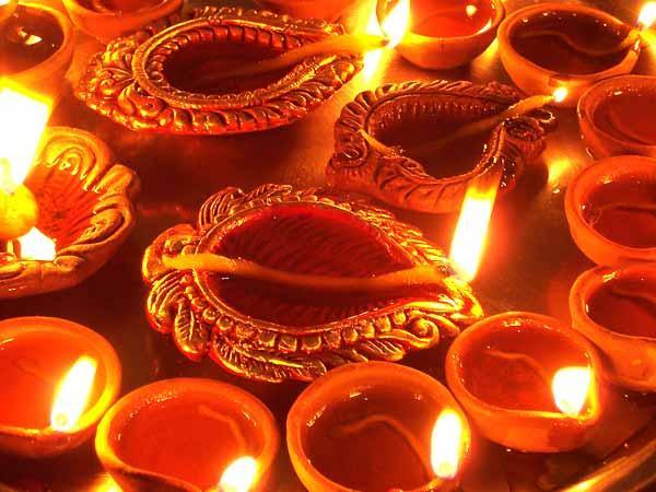 https://www.indiantelevision.com/sites/default/files/styles/smartcrop_800x800/public/images/tv-images/2014/10/22/diwali-celebrations.jpg?itok=ebFNPDd8