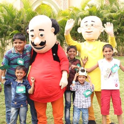 http://www.indiantelevision.com/sites/default/files/styles/smartcrop_800x800/public/images/tv-images/2015/01/24/Nicktoons%20Motu%20Patlu%20posing%20with%20the%20winning%20children%20after%20the%20Khazaane%20ki%20race%20Treasure%20Hunt.jpg?itok=V-NFMWQC