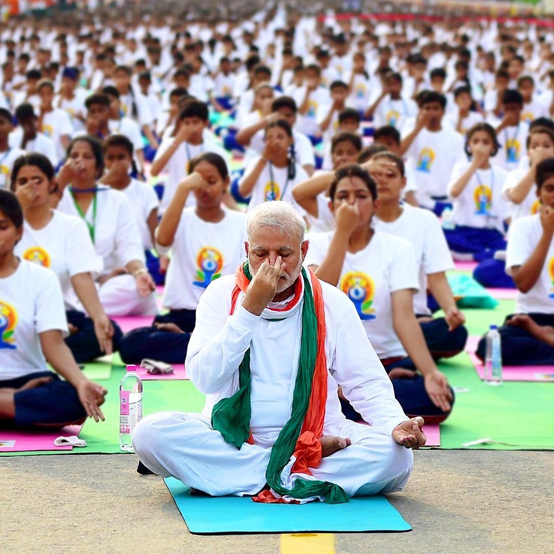 http://www.indiantelevision.com/sites/default/files/styles/smartcrop_800x800/public/images/tv-images/2016/06/23/Modi-yoga-rajpath.jpg?itok=_dCGJ43d