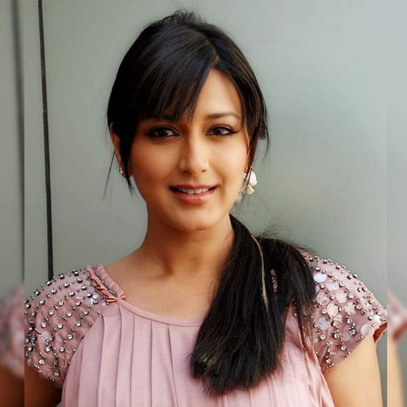 https://www.indiantelevision.com/sites/default/files/styles/smartcrop_800x800/public/images/tv-images/2017/12/08/Sonali_Bendre.jpg?itok=zhqZUhGg
