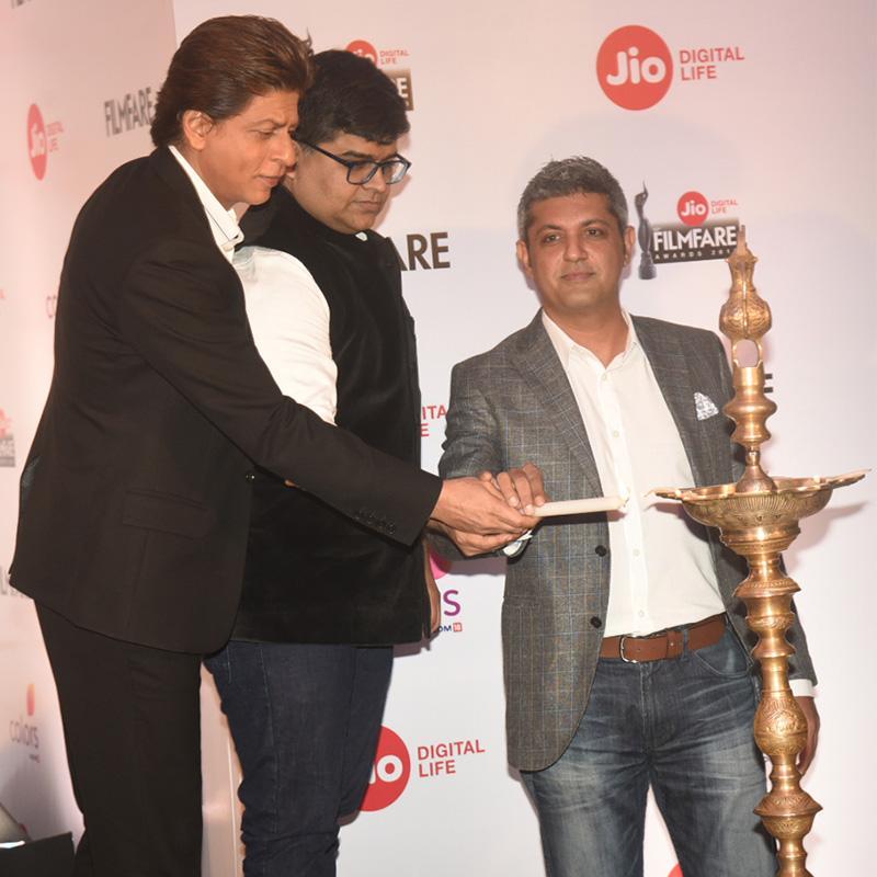https://www.indiantelevision.com/sites/default/files/styles/smartcrop_800x800/public/images/tv-images/2017/12/28/SRK_Filmfare18.jpg?itok=L9zQH_Y5